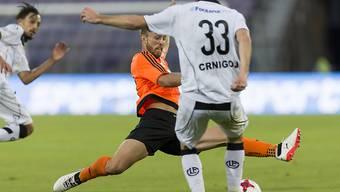 Lausannes Nicolas Getaz grätscht gegen Luganos Angreifer Domen Crnigoj