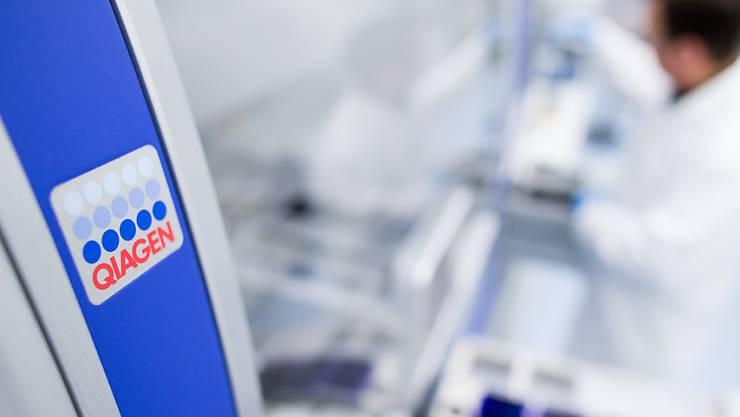 Die Biotech-Firma Qiagen will seine Firmenstrategie auf eigenständiger Basis ohne eine Fusion oder Übernahme fortsetzen. (Archivbild)