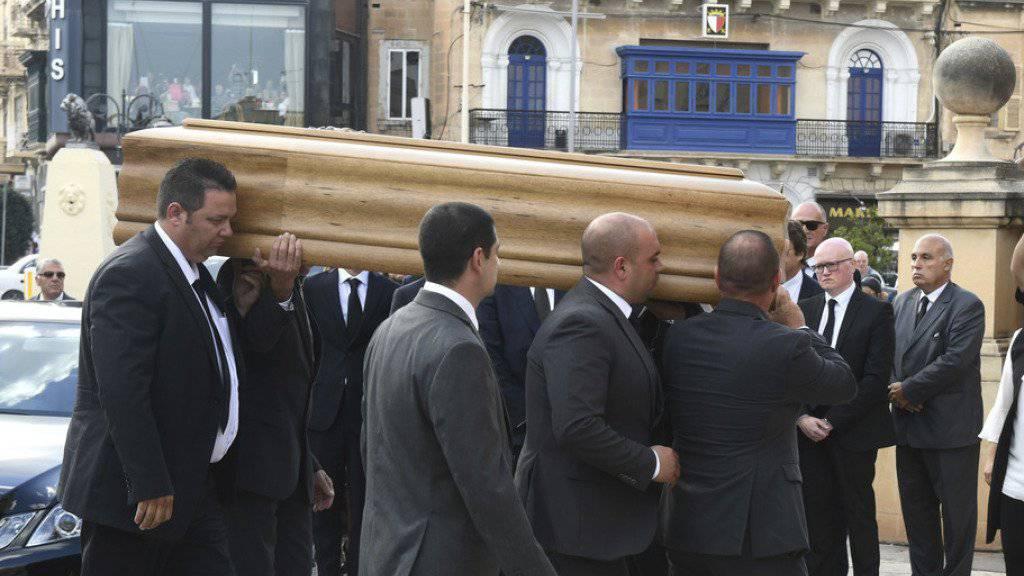 Zweieinhalb Wochen nach dem Anschlag mit einer Autobombe ist die regierungskritische Journalistin Daphne Caruana Galizia auf Malta unter grosser Anteilnahme beigesetzt worden.