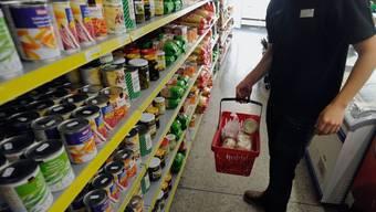 Gewisse Working Poor müssen sich entscheiden: Essen kaufen oder Krankenkassenprämien bezahlen. (Archivbild)