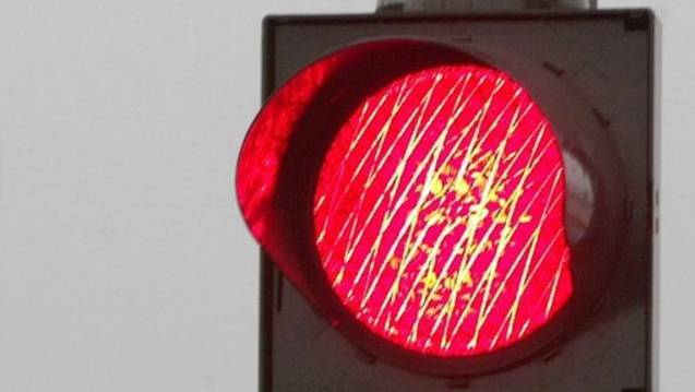 Weil sie von der Sonne geblendet wurde, übersah die Lenkerin das Rotlicht. (Symbolbild).