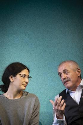 Tochter Zarina (Atina Tabé) und Vater Afzal diskutieren (Günter Baumann)