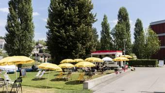 Ein lang gehegter Wunsch vieler Mellinger: Seit dem 20. Juni wird am Reussufer eine Sommerterrasse betrieben.