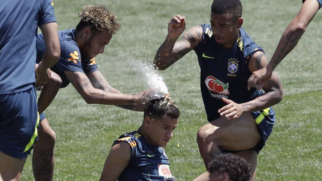 Im lockeren Training «Opfer» eines Geburtstags-Scherzes seiner Kollegen: Brasiliens Philippe Coutinho