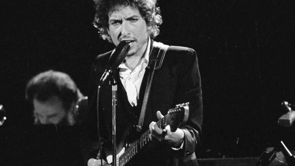 Bob Dylan bei einem Konzert in Los Angeles 1974. Der Sänger weist gegen ihn erhobene 56 Jahre alte Missbrauchsvorwürfe  zurück und kündigte an, er werde sich energisch dagegen zur Wehr setzen.
