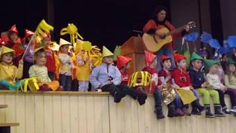 Die Kindergärtler präsentierten ihre vier Farben. pst