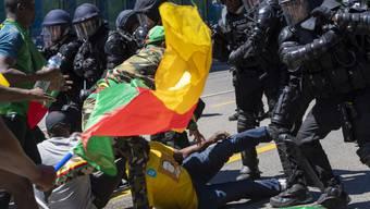 Rund 250 Personen protestierten vergangenen Samstag in Genf gegen den Präsidenten Kameruns. Dabei kam es zu Auseinandersetzungen zwischen Gegnern und Befürwortern des Staatsoberhaupts des westafrikanischen Landes. Die Genfer Sicherheitskräfte setzten daraufhin Wasserwerfer und Tränengas ein.