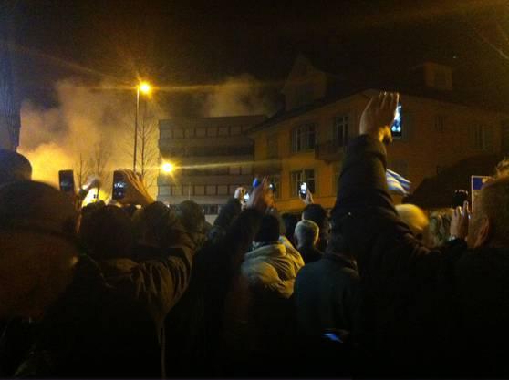 02.10 Uhr: Alle Kameras hoch: Die Zuschauer filmen den Kollaps