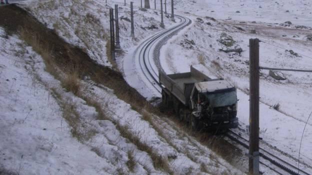 Lastwagen stürzt auf Bahngleis – Fahrer schwer verletzt