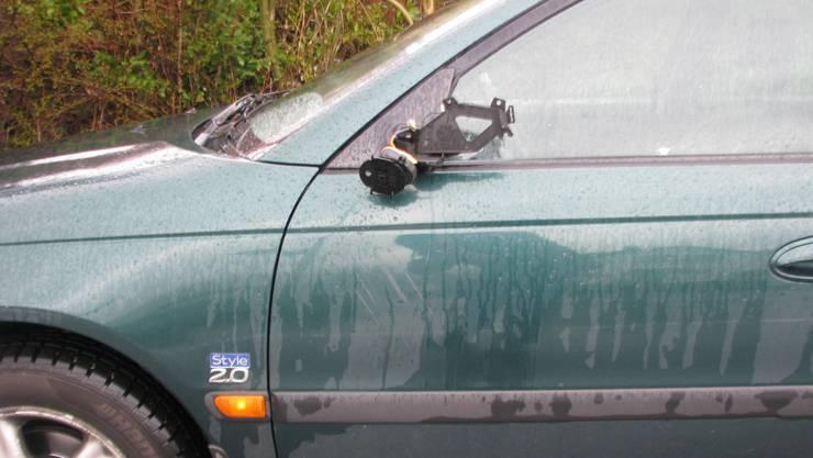 Bei der Streifkollision fuhr ein PKW so weit in die Fahrbahnmitte, dass er mit dem Aussenspiegel eines entgegenkommenden Fahrzeugs kollidierte. (Symbolbild)