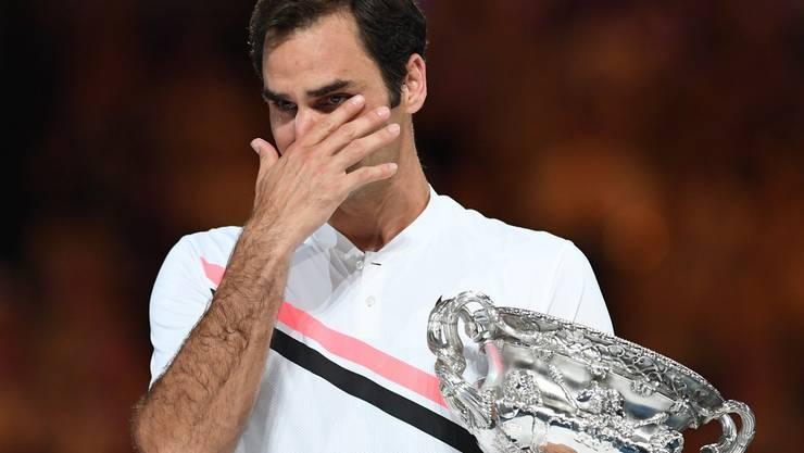 Roger Federer zeigt bei der Siegerehrung Emotionen.