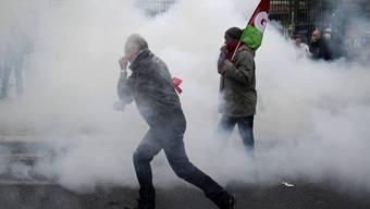 Demonstrierende flüchten vor Tränengas