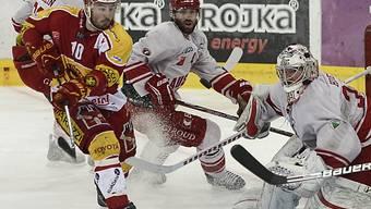 Langnaus Pascal Pelletier (l.) vor Lausannes Goalie Cristobal Huet.