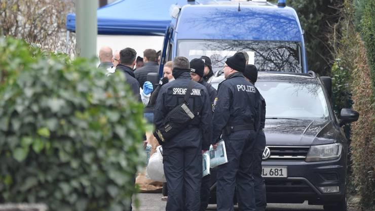 Polizisten vor dem Haus des mutmasslichen Täters von Hanau.