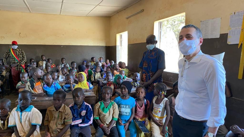 Aussenminister Ignazio Cassis auf Schulbesuch im Konfliktgebiet in Mali.
