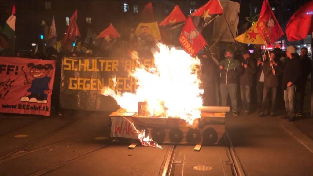 Demonstranten zünden Pyros und werfen Flaschen – zwei Verletzte