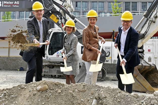 Am Montag hat Bundesrätin Simonetta Sommaruga die Bauarbeiten mit dem symbolischen Spatenstich begonnen.