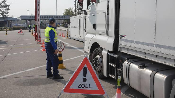 Ein Schweizer Transportunternehmen hat gegen das Kabotageverbot verstossen, indem es 47 ausländische Firmen mit unverzollten Fahrzeugen mit Transporten im Inland beauftragte. (Themenbild)
