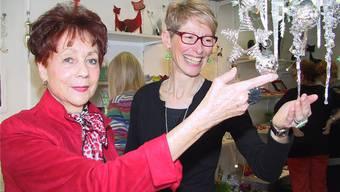 Kunsthandwerkerin Miranda Steinegger bietet an Nelly Rothens (links) Weihnachtsausstellung ihre Ware an.