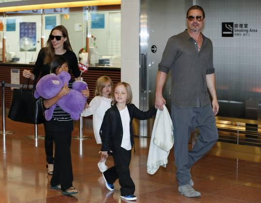 Angelina Jolie und Brad Pitt mit ihren Kindern Pax Thien, Shiloh uund Knox Jolie-Pitt am Tokyo International Airport.