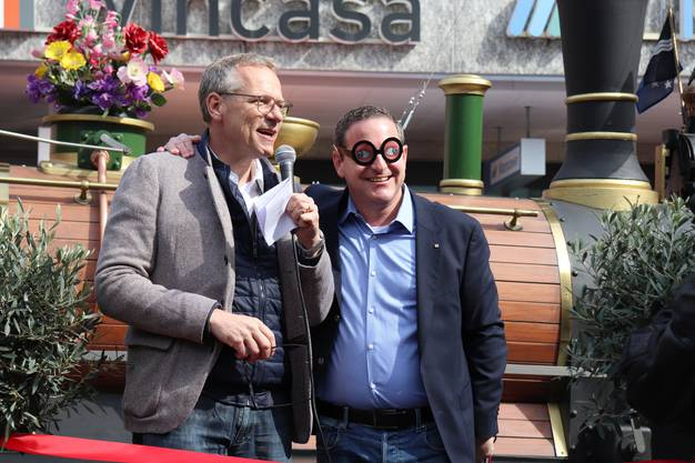 Michael Wicki schenkte Philippe Ramseier eine Brille für mehr Weitblick.