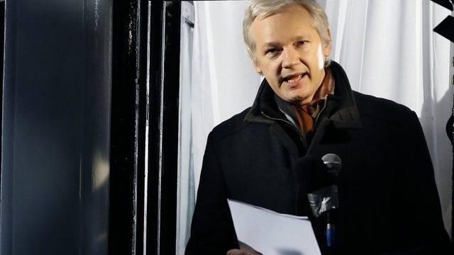 Julian Assange auf dem Balkon der Botschaft Ecuadors in London
