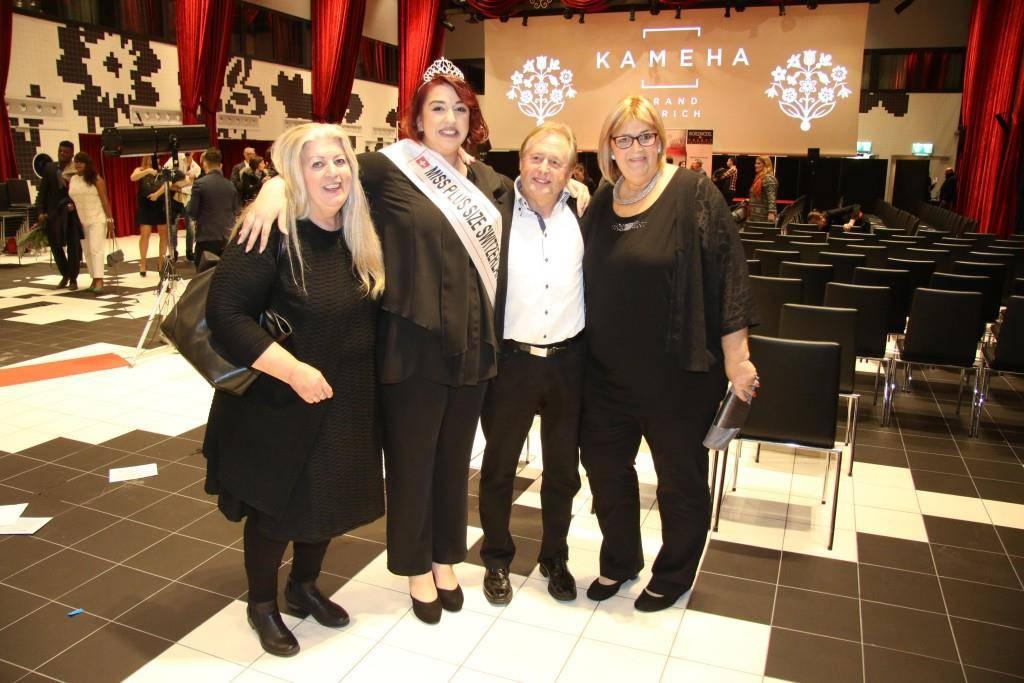 Umgeben von ihren Liebsten. Martina Zellweger nach der Wahl zur «Miss Plus Size» im Hotel «Kameha» in Zürich. -