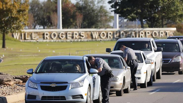 Kein Durchkommen am Will Rogers World Airport in Oklahoma City nach Schüssen auf einem Parkplatz vor dem Flughafen.