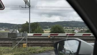 Die 73-Jährige blieb mit ihrem Auto zwischen den Barrieren stecken. (Symbolbild)