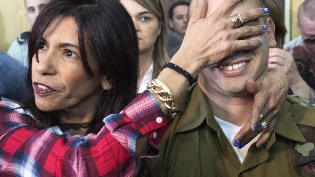 Der israelische Soldat bei Beginn der Urteilsverkündung zusammen mit seiner Mutter.