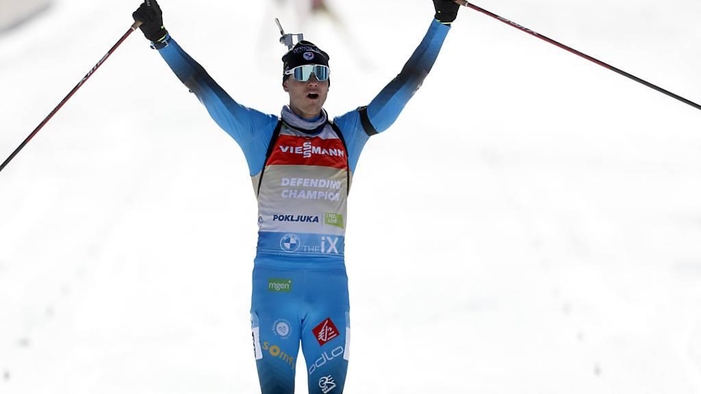 Emilien Jacquelin jubelt in der Verfolgung mit der Startnummer des Titelverteidigers.