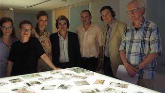 Fotos und Interviews zum Anhören machen die Leonforte-Ausstellung aus. An der Vernissage präsentierten die Ausstellungsmacherinnen die Fotos auch dem italienischen Konsul, dem Stadtrat und Hannes Burger, dem Präsident des Museumsvereins (ganz rechts). archiv