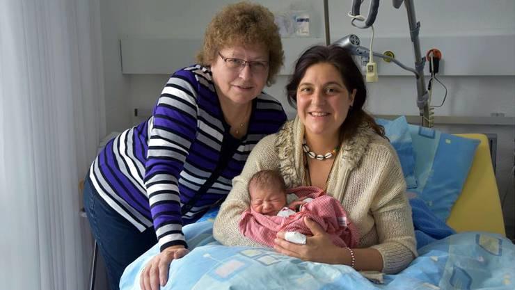 Hebamme Erika Hunziker und Tanja Mendonca aus Elm mit Sohn Aurelio.