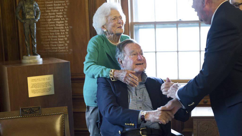 George H.W. Bush (2.v.l.) und Gattin Barbara (l) beim Besuch in Georges Kindergarten (Bild aktuell).