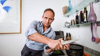 In Küche und Job eine sichere Hand in heiklen Situationen: Urs Bartenschlager zu Hause am Werk.