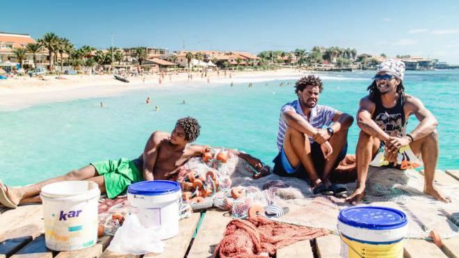 Ist die Ware verkauft, lässt es sich am Pier in Santa Maria gemütlich die Sonne geniessen. «No stress» – ganz nach dem Motto der Kapverdier. Foto: Sandra Ardizzone