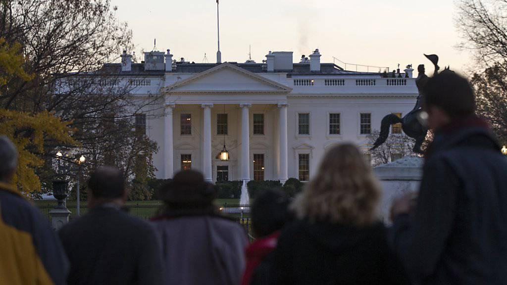 Schaulustige versammeln sich ausserhalb des Weisse Hauses in Washington nachdem die Sicherheitskräfte einen Mann festgenommen hatten, der über den Zaun des Präsidentensitzes geklettert war.