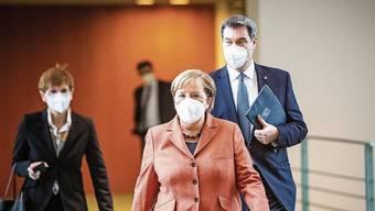 Kanzlerin Angela Merkel auf ihrem Weg zur Pressekonferenz, um den harten Lockdown zu verkünden.