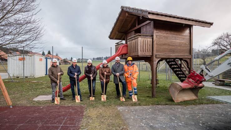 Sie führten den Spatenstich aus (von links): Urs Stöckli (Bürgergemeindepräsident), Gerhard Arni (Bürgerrat), Klaus Eckhard (Planer), Silvia Stöckli (Einwohnergemeindepräsidentin), Cyrill Schildknecht (Einwohnergemeinderat), Tom Bieri (Bürgerrat).