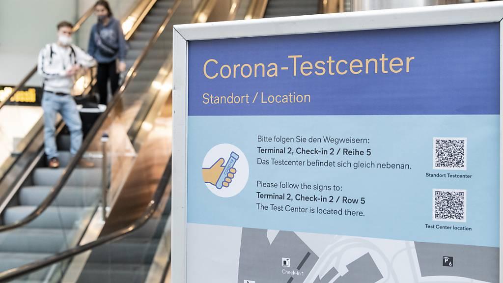 Plakate zeigen den Weg zum Covid-Test am Flughafen in Zürich. (Archivbild)