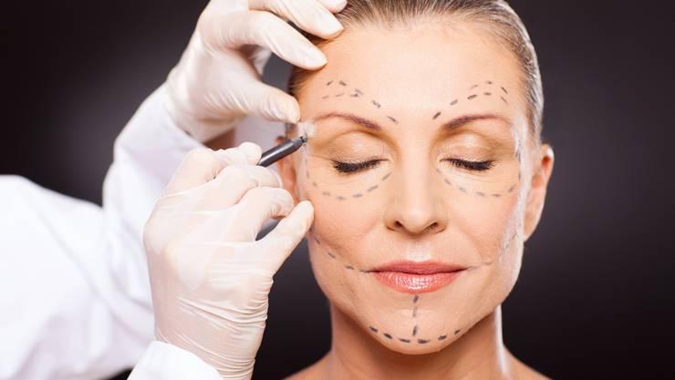 Telefonkonferenzen schüren Selbstzweifel. Viele suchen deswegen Hilfe bei Schönheitschirurgen.