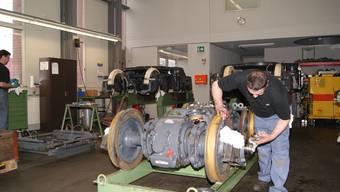 Im BLT-Depot in Oberwil reparieren und warten Bombardier-Mitarbeiter die Trams.
