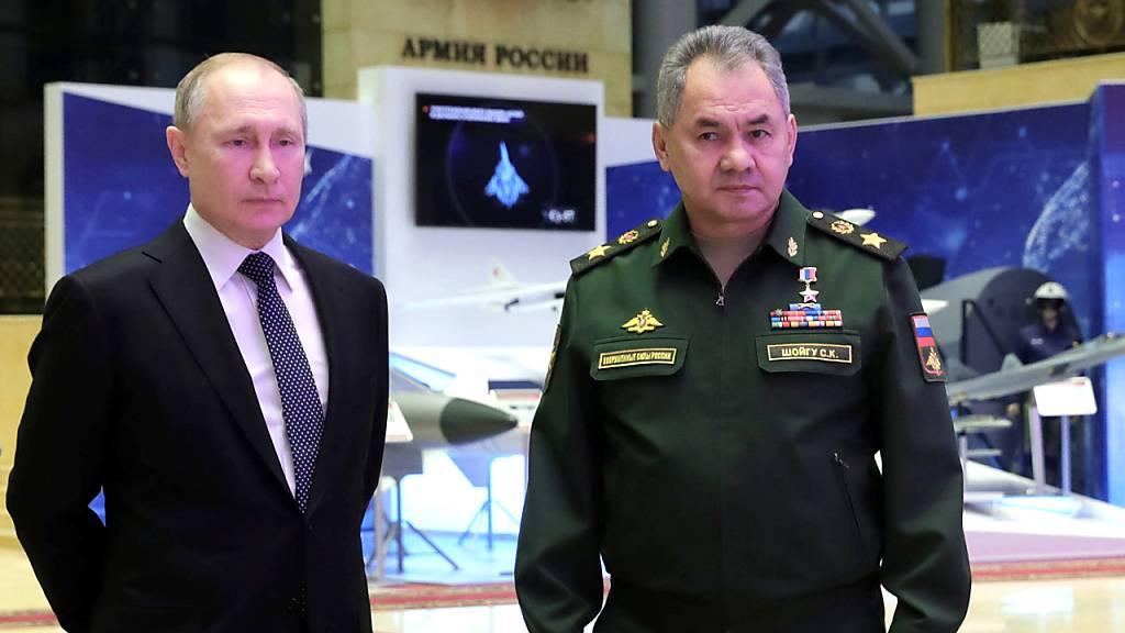 Der russische Verteidigungsminister Schoigu (r) informierte Präsident Putin darüber, dass die erste Einheit mit Hyperschall-Raketen in Betrieb sei. (Archivbild)