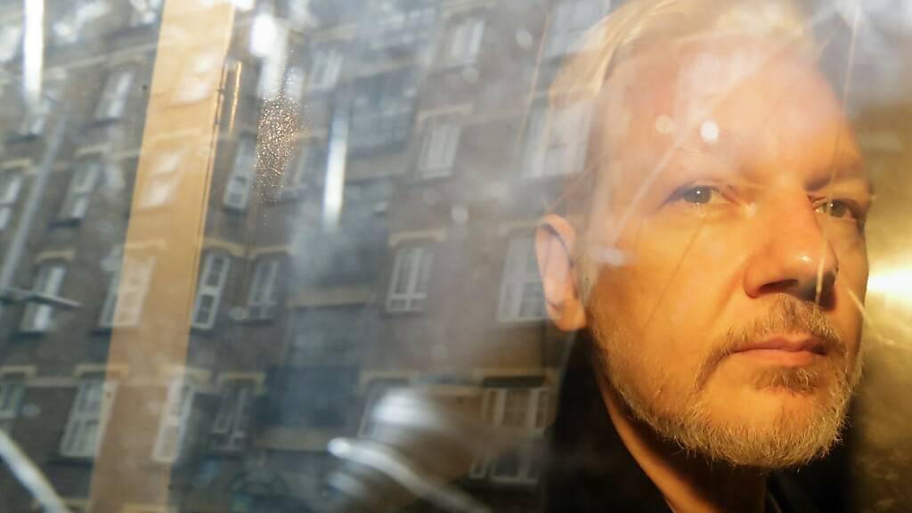 ARCHIV - Julian Assange, Gründer von Wikileaks, sitzt nach einer Gerichtsverhandlung in einem Fahrzeug. Foto: Matt Dunham/AP/dpa/Archiv