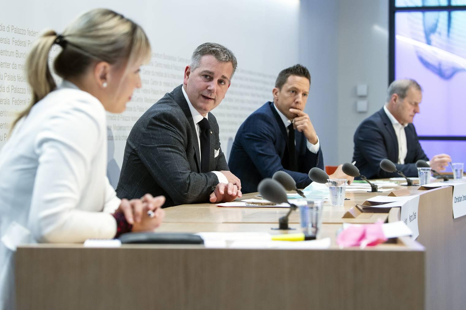 Diana Gutjahr (SVP / TG), Marco Chiesa (SVP / TI), Christian Imark (SVP / SO) und André Page (SVP / FR) sprechen an der Medienkonferenz über ergriffene Referendum gegen das CO2-Gesetz.