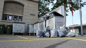 Abfallsäcke an der Sammelstelle bei der Alten Post an der Schulthess-Allee in Brugg.