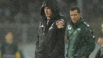 Arsenal-Coach Unai Emery steht mit seinem Klub im Regen