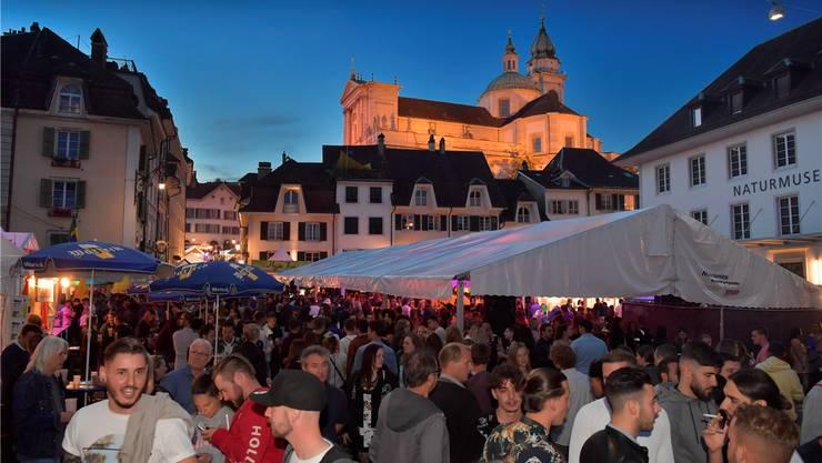 Am Samstagabend stellte sich am Klosterplatz rund um die Brunnenbar prompt das obligate «Märetfescht-Drück» ein.