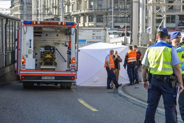 Der Velofahrer muss mit schweren Verletzungen ins Spital gebracht werden.