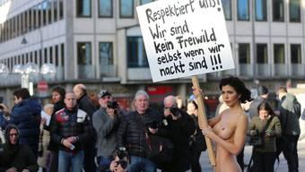 Performancekünstlerin Milo Moire demonstriert vor dem Kölner Dom gegen sexuelle Übergriffe. (Archiv)
